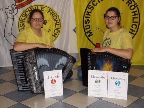 Dana und Dunja Wagner mit den ALV-Lehrer-Prüfungen 4 (Dana), 1 und 2 (Dunja)